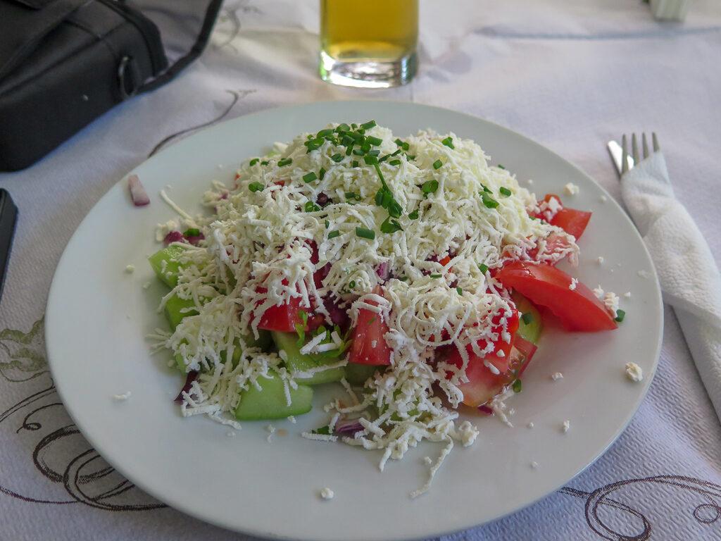 Bulgarisk shopska sallad på tallrik