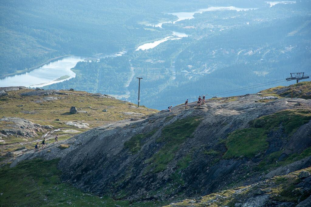 Löpare springer löptävlingen Vertical K upp till Åreskutans topp.
