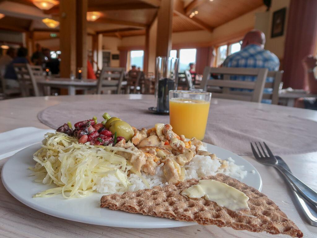 En tallrik med lunch på Storulvåns fjällstation.