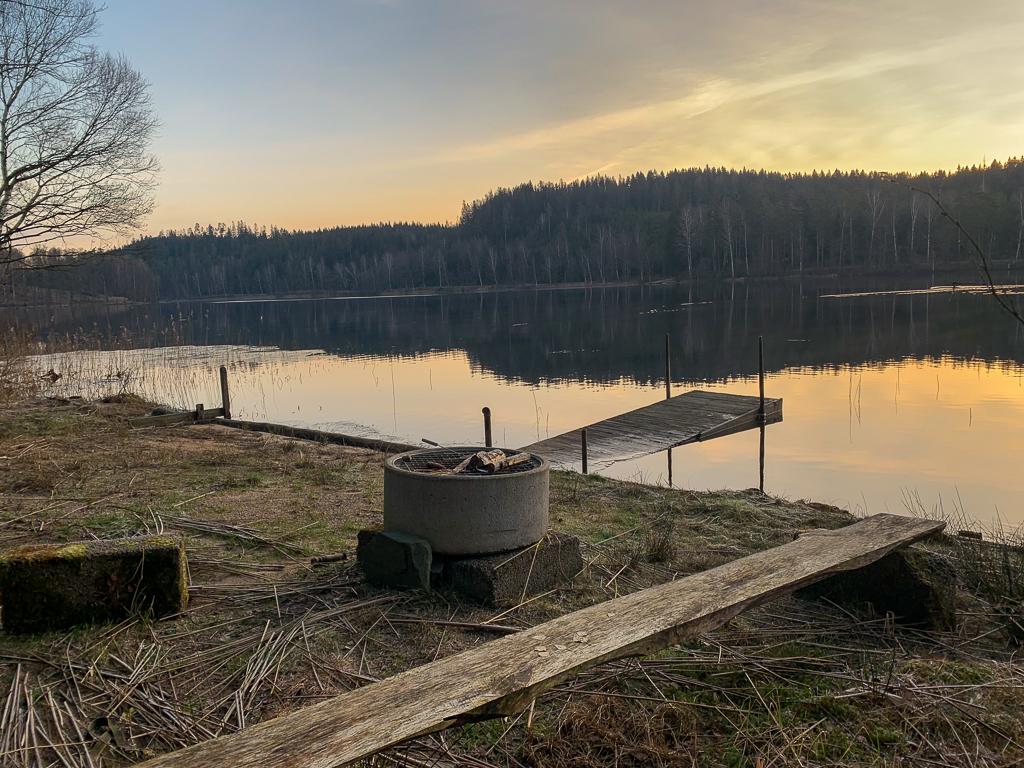 Grillplats vid sjö