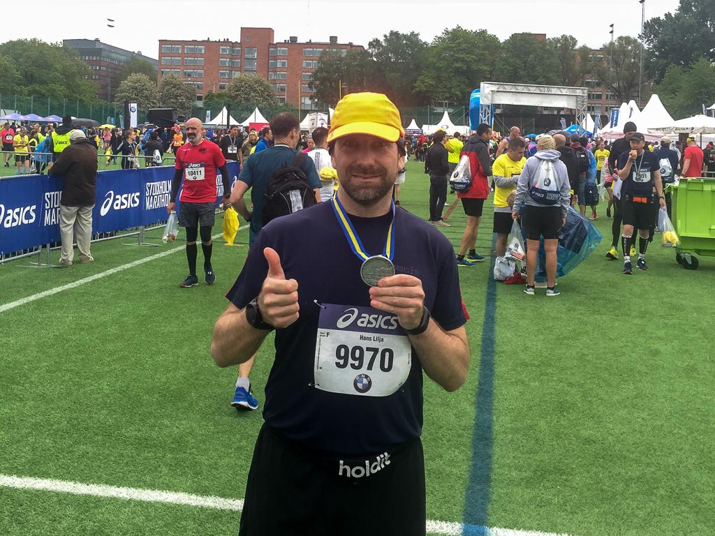 Hans Lilja i mål på Stockholm Marathon 2019.